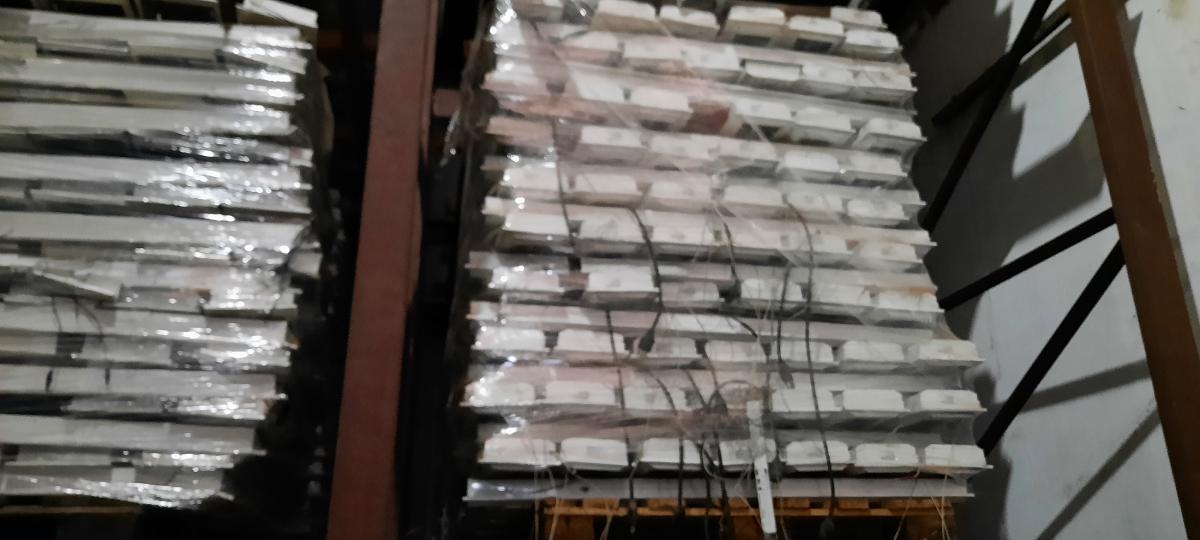 400 LUMINARIASUSADAS, MARCA LUMICENTER FABRICAÇÃO 2011 MEDIDAS = 1,243 M Comprimento X 177 cm de largura. CORPO EM CHAPA DE AÇO COM PINTURA ELETROSTÁTICA, REFLETOR FACETADO COM ALUMÍNIO BRILHANTE. (sem lampadas e sem reator) LOTES DE 400 LUMINARIAS CADA PALETs. ( no estado em que se econtram) OBS: fotos de folheto com escala das medidas. CADA LOTE CONTÉM APROX. 400 LUMINARIAS ( ja colocadas em palets para carregamento) o preço minimoestipulado em leilão é de R$ 3.200,00 ( treis mil e duzentos reais) cada lote com 400 luminarias. agendar visitas pelo telefone 45 9 9914 9050